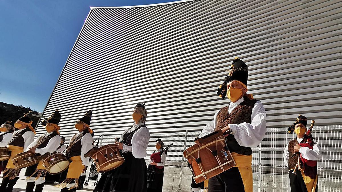 Piscina de Bueu el día de su inauguración.     // SANTOS ÁLVAREZ