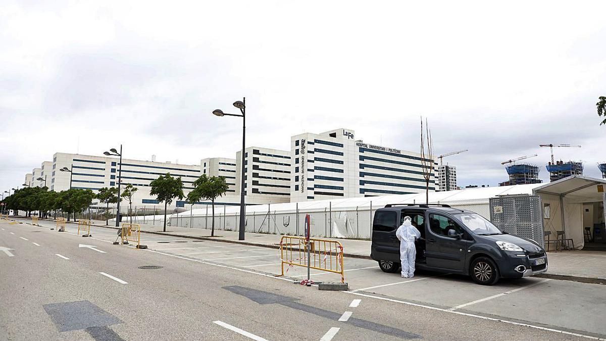 Uno solo vehículo en el lugar destinado a pruebas PCR en la Fe, en la tarde del martes.   M.A.MONTESINOS