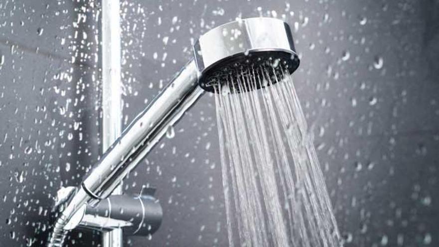 Los verdaderos motivos por los que deberías limpiar la alcachofa de la ducha y cómo hacerlo fácilmente