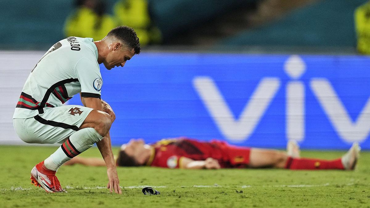 Arriba, Cristiano abatido tras la derrota. Abajo, Thorgan Hazard celebra su gol junto a su hermano y Witsel.     FOTO: REUTERS