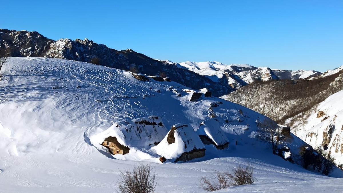 Postales de nieve en los teitos de Saliencia.