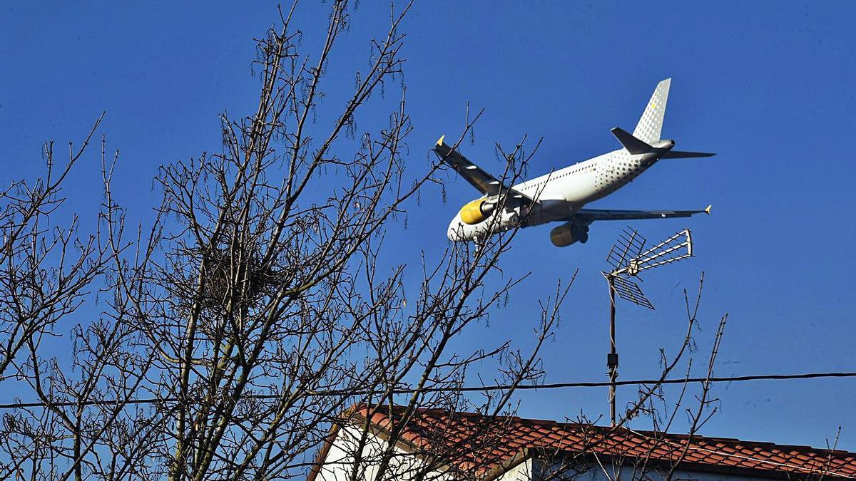 Un avión sobrevuela la comarca. |   // VÍCTOR ECHAVE