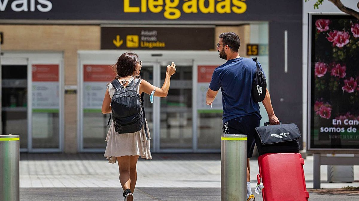 Pasajeros en el aeropuerto de Tenerife Sur.