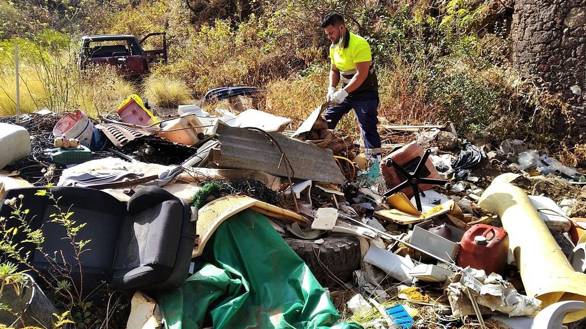Los vertidos ilegales localizados en el barranco de Los Gomeros, en Santa Cruz de La Palma.     EL DÍA