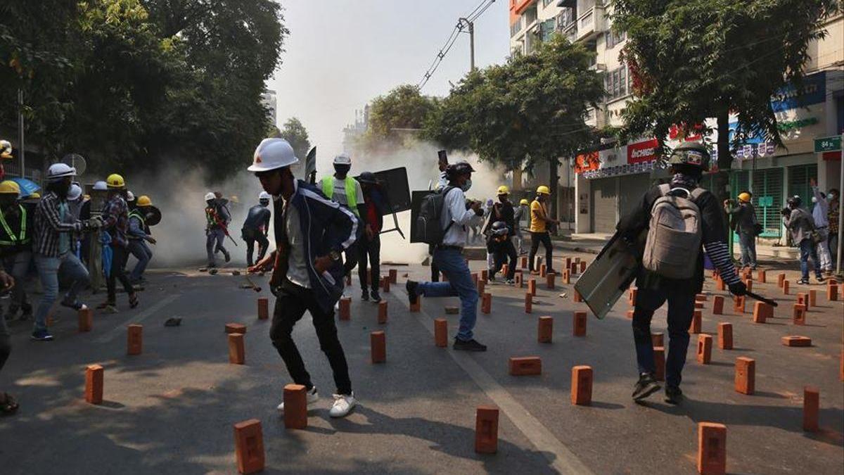 Varios manifestantes birmanos heridos en otra jornada de protestas