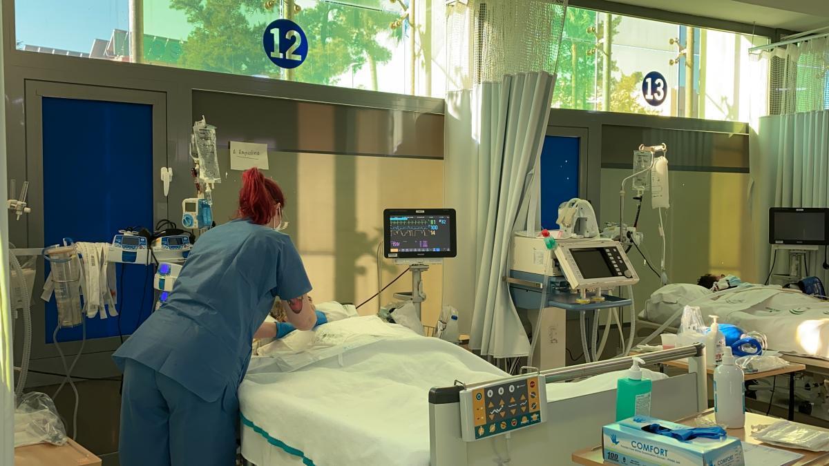 La nueva UCI en la cafetería de personal libera espacio en el Hospital Regional de Málaga.