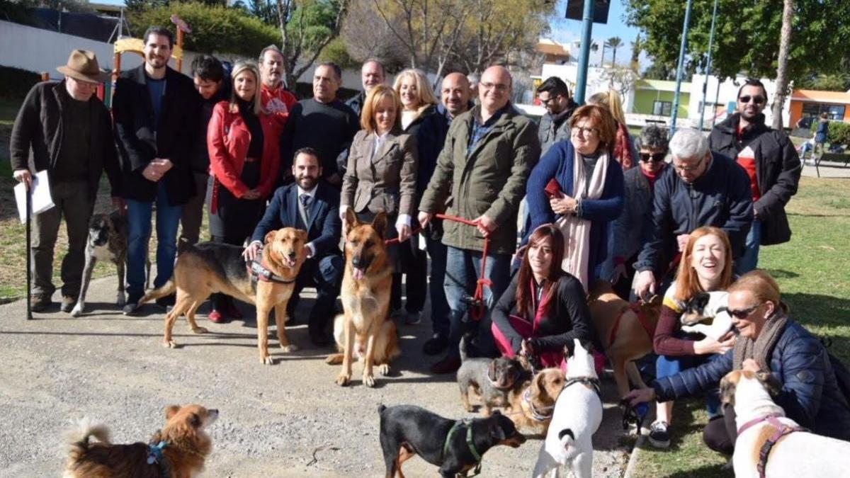 Miembros del grupo municipal socialista con algunos vecinos de Málaga y sus mascotas.