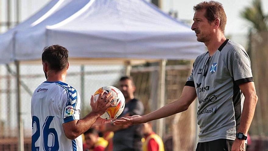 Luis MIguel Ramis, dándole el balón a Jéremy Socorro en un momento del partido de ayer en Adeje. | | MARÍA PISACA
