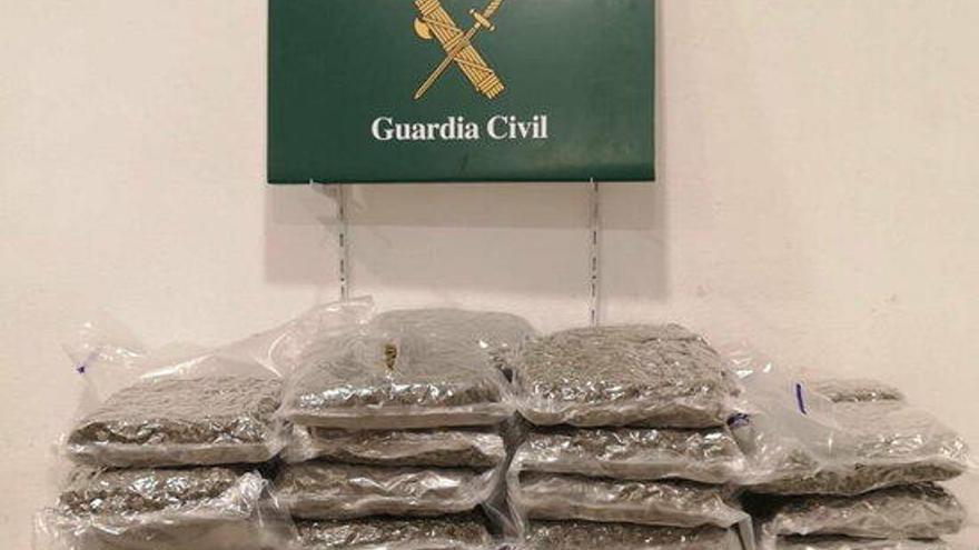 Detingut un camioner a la Jonquera amb 55 quilos de marihuana