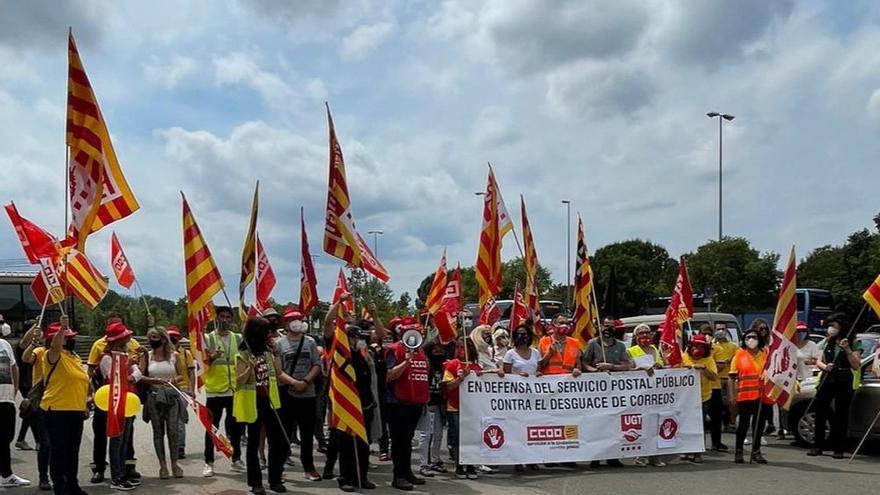 "La plantilla de Correus protesta a Girona en contra del ""desballestament"" del servei"