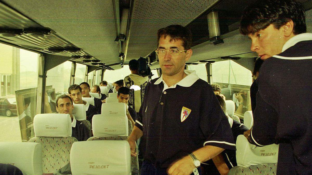 Bellido, sentado a la izquierda en el bus del Compos, observa a Vázquez en presencia de Lekumberri, de pie a la derecha.
