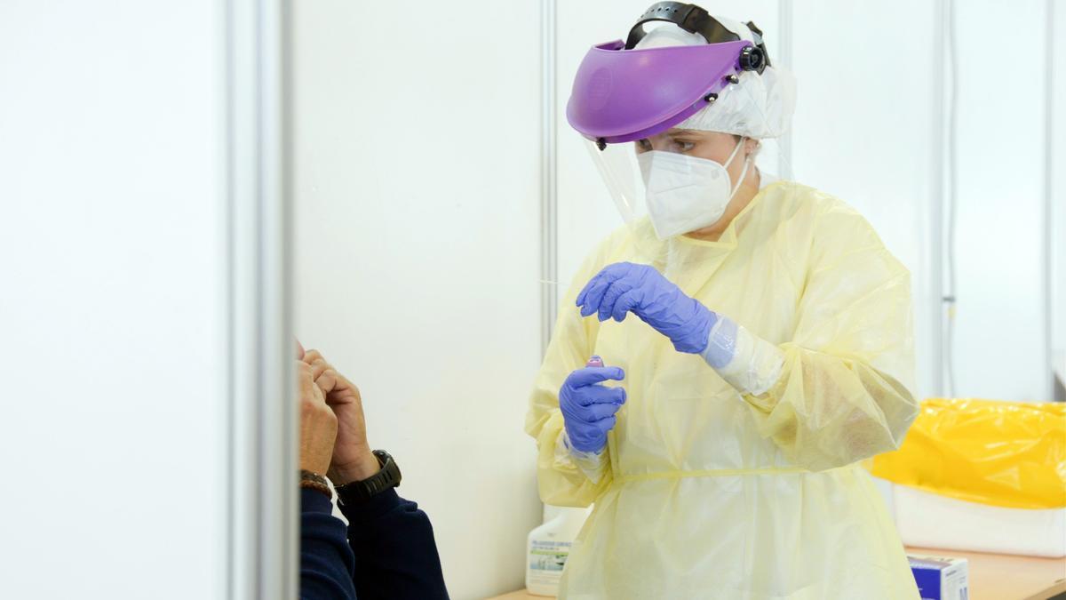 Una infermera realitza una prova PCR