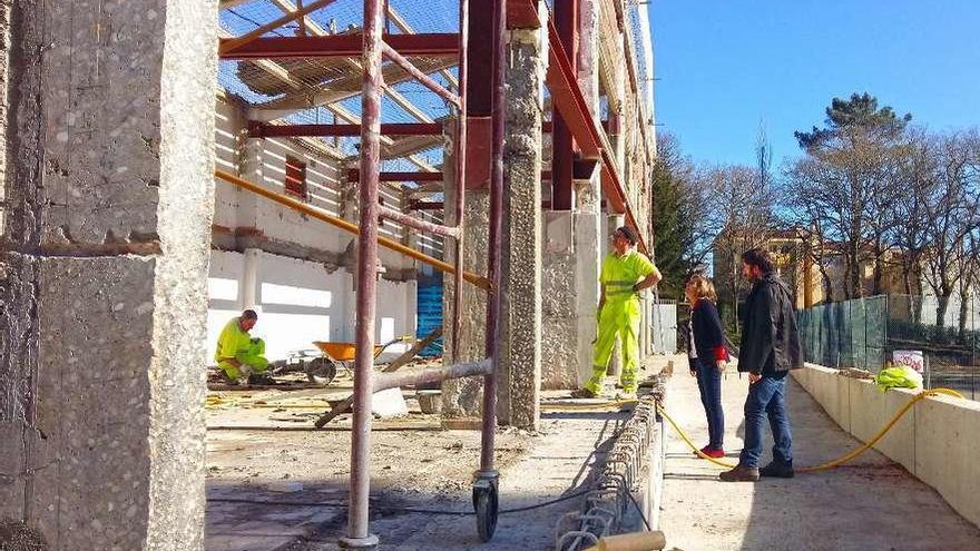 Instalan la cubierta del nuevo gimnasio de Forcarei, que estará listo a mediados de julio