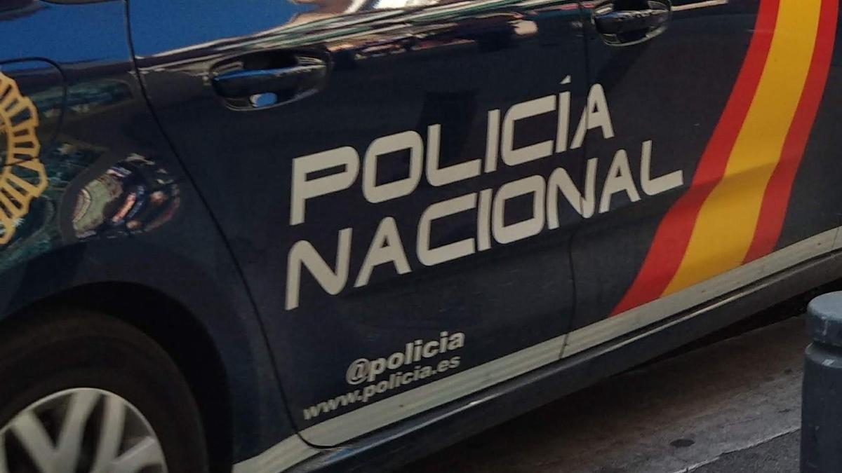 Un vehículo de la Policía Nacional en Oviedo.