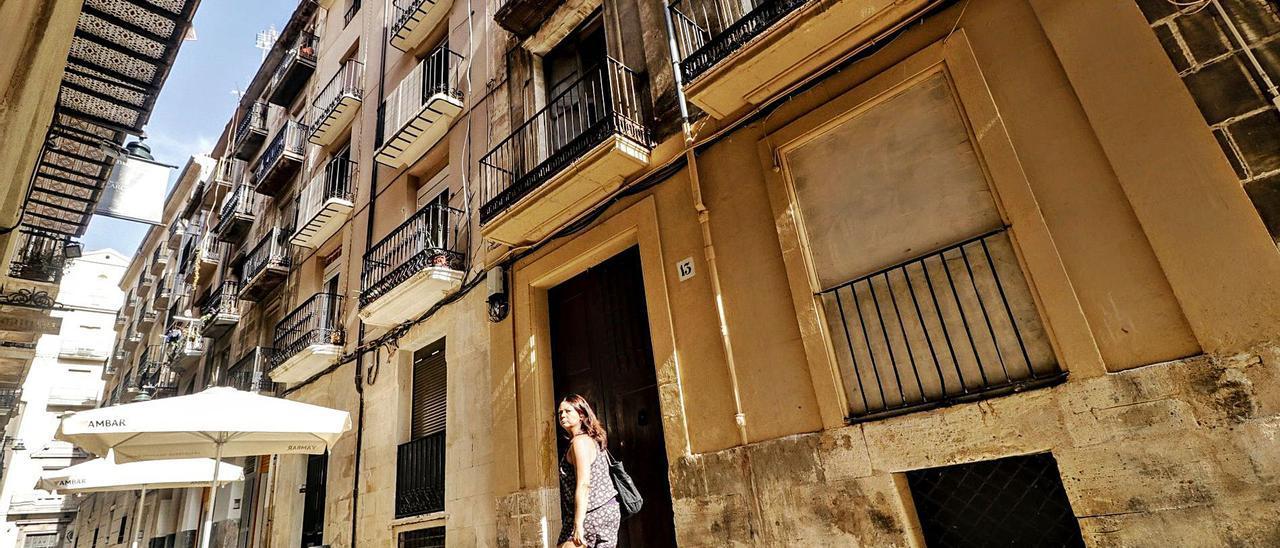 Arriba, el número 13 de la calle San Mauro; abajo, el 14 de la calle La Sardina