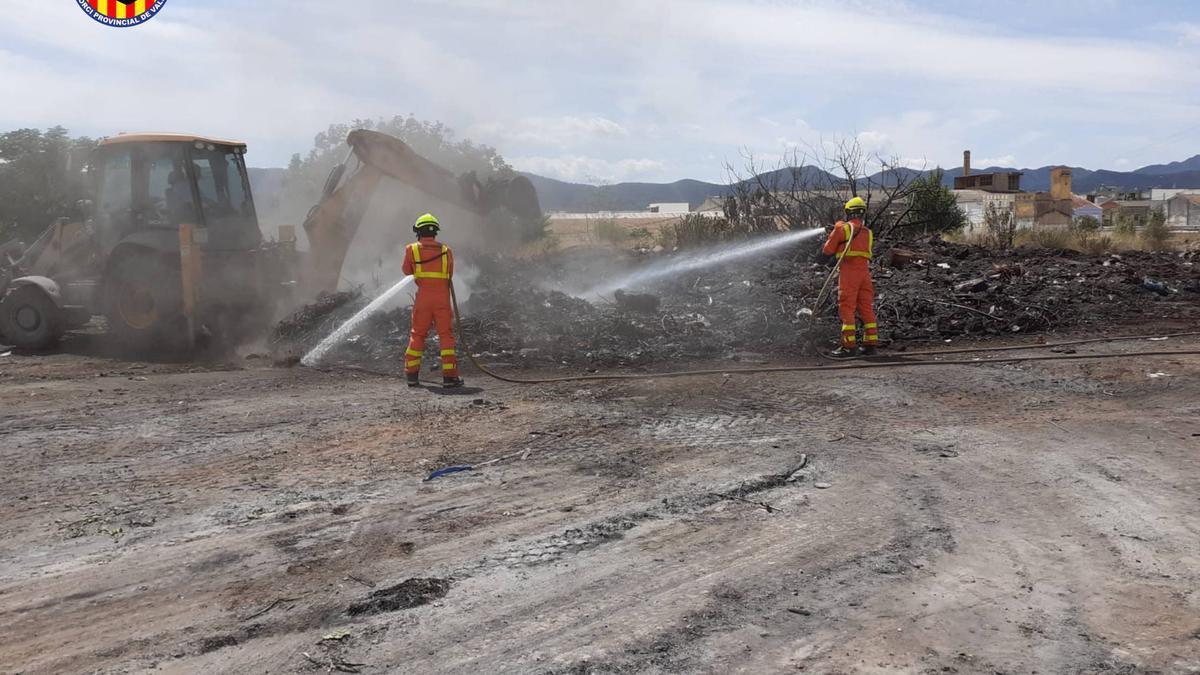 Un incendio en una gran acumulación de restos de poda es extinguido tras 16 horas en L'Alcúdia de Crespins