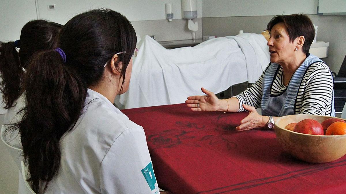Simulació universitària a la UManresa sobre professionals de la salut conversant amb la cuidadora d'una persona malalta | UMANRESA