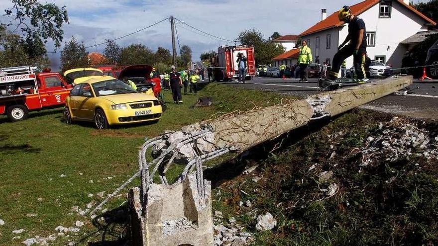 Tres jóvenes que viajaban sin cinturón fallecen al chocar con un poste en Valdoviño