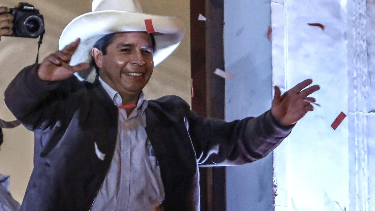 El izquierdista Pedro Castillo se declara ganador en Perú una vez acabado el recuento.
