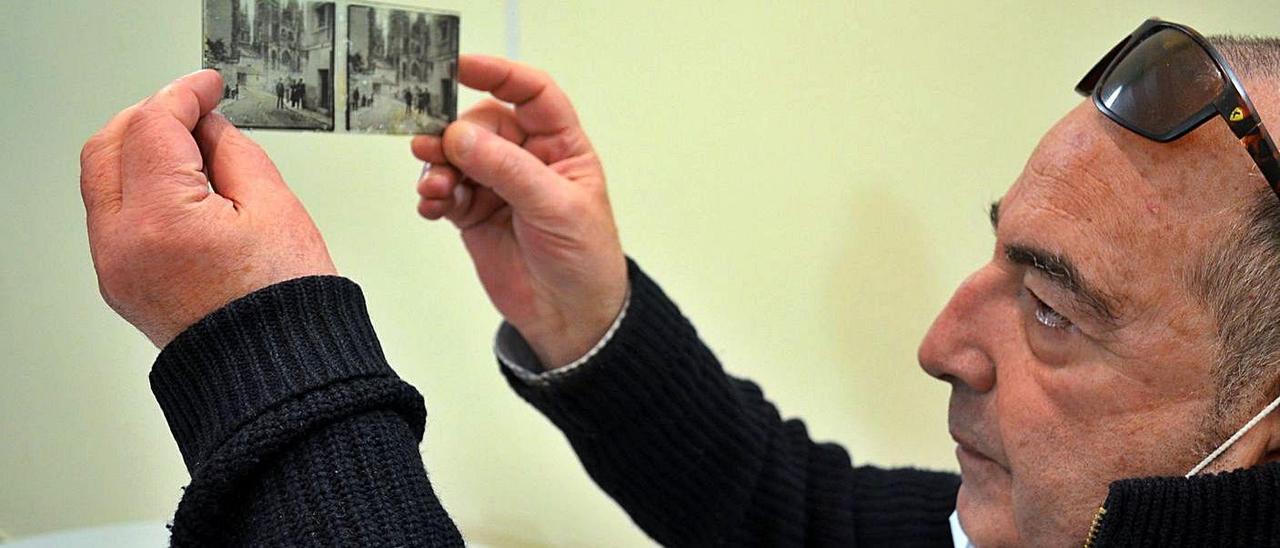José Antonio Anca, con dos de los cristales hallados en una casona de Vidiago. | R. E. S. R.