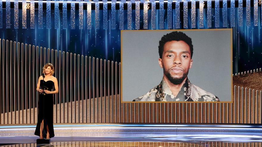 Renee Zellweger anuncia que el fallecido Chadwick Boseman recibe el premio a título póstumo.