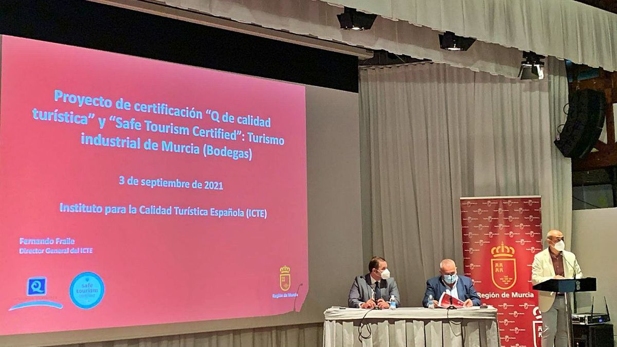 Carlos Peñafiel, Fernando Fraile y el concejal de Turismo de Yecla, Jesús Verdú, en la presentación. | CARM