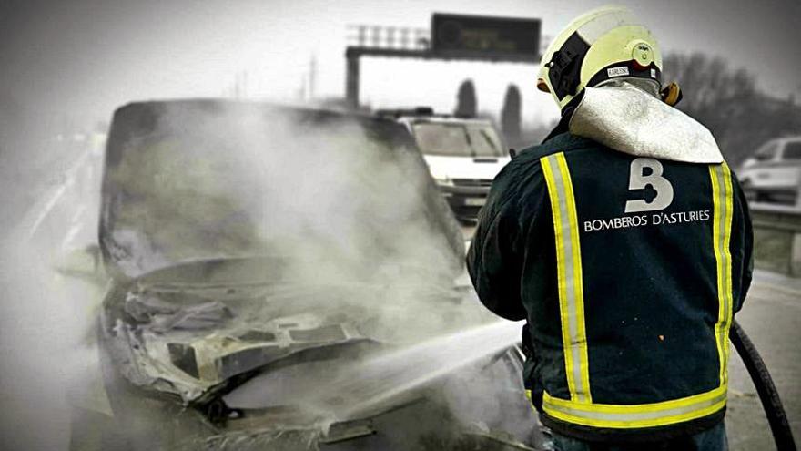 """Retenciones en la """"Y"""" a la altura de Lugones tras arder un coche"""