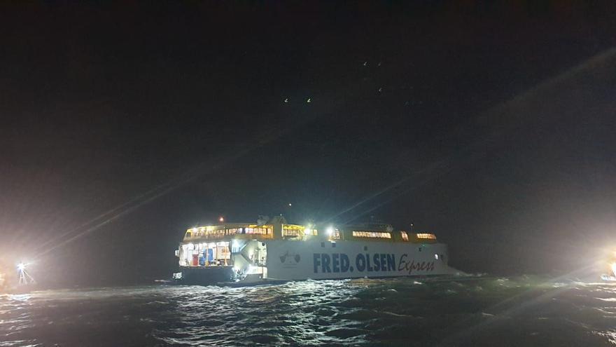 Un catamarán con 75 personas encalla en un muelle de Canarias