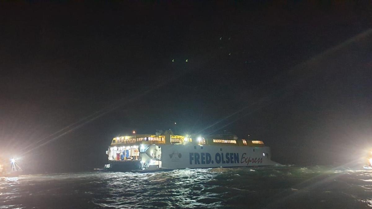 Labores para desencallar el ferry de Fred Olsen. / La Provincia