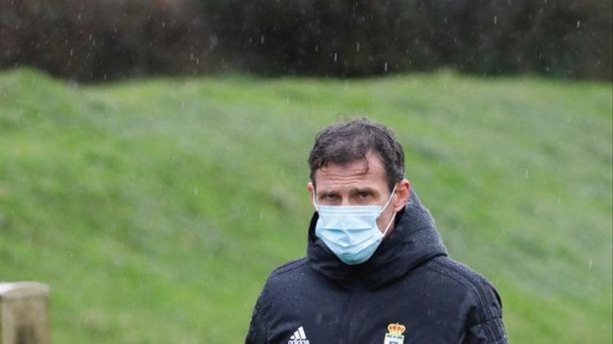 El entrenador del Oviedo, aislado tras un contacto estrecho con un contagiado de covid