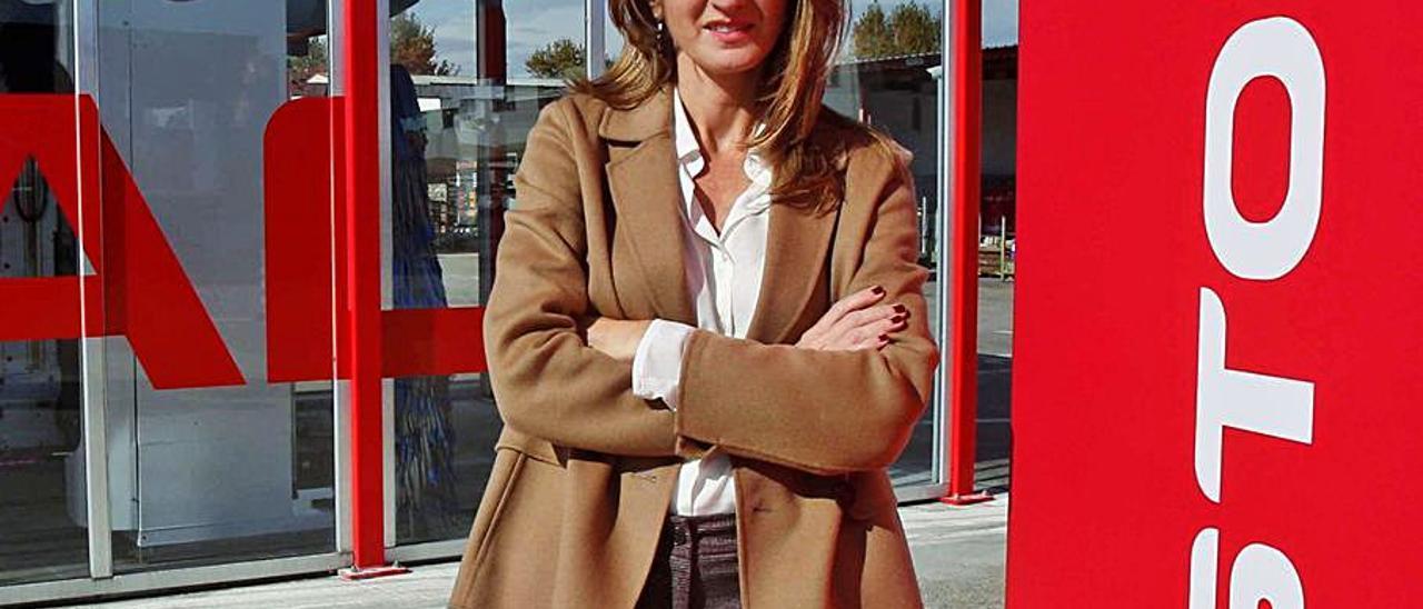 Yolanda Tomás, ante un túnel de lavado de Istobal.   VICENT M. PASTOR