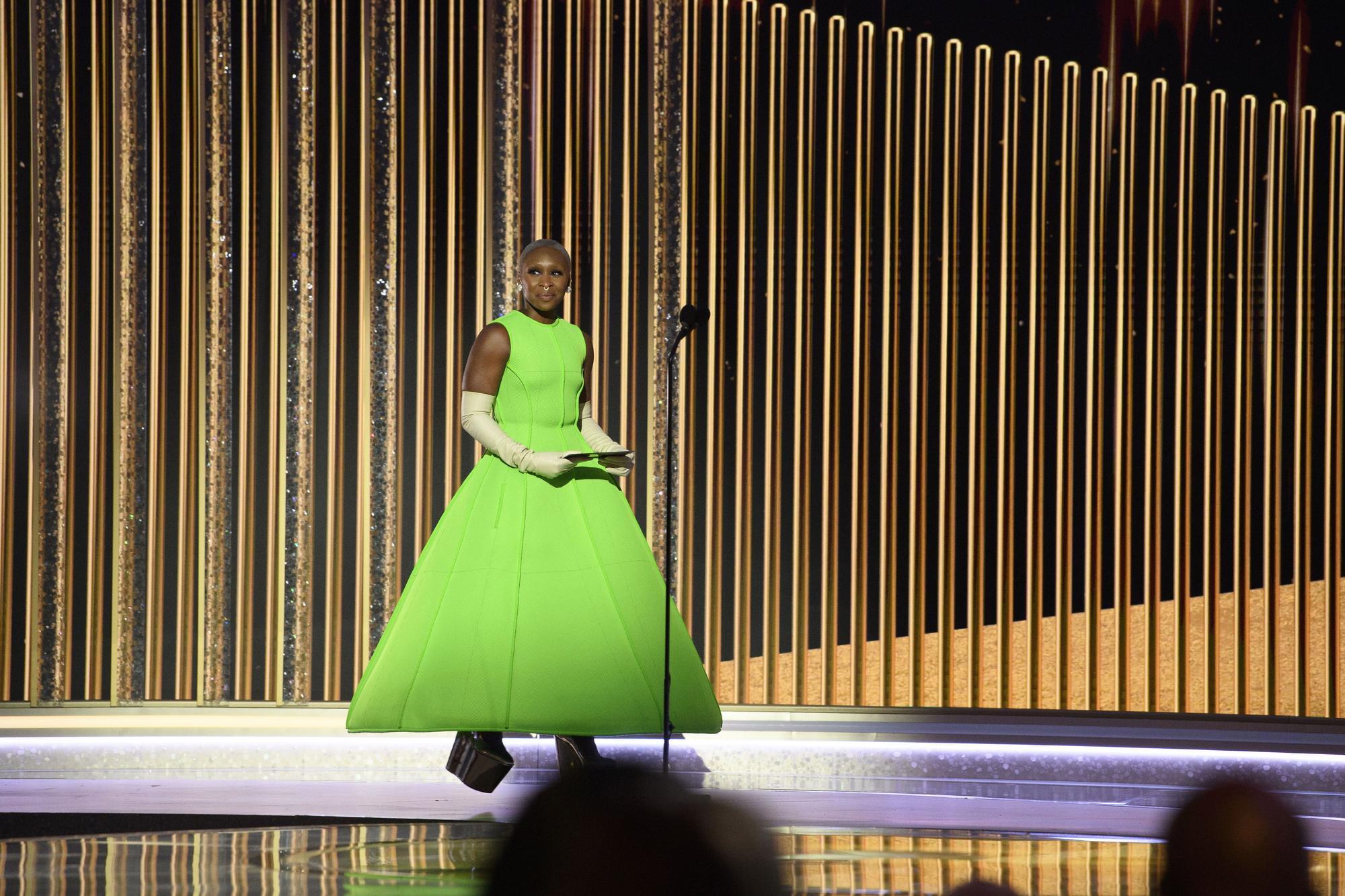 Cynthia Erivo presenta el premio al mejor guión cinematográfico durante la 78ª edición de los Globos de Oro
