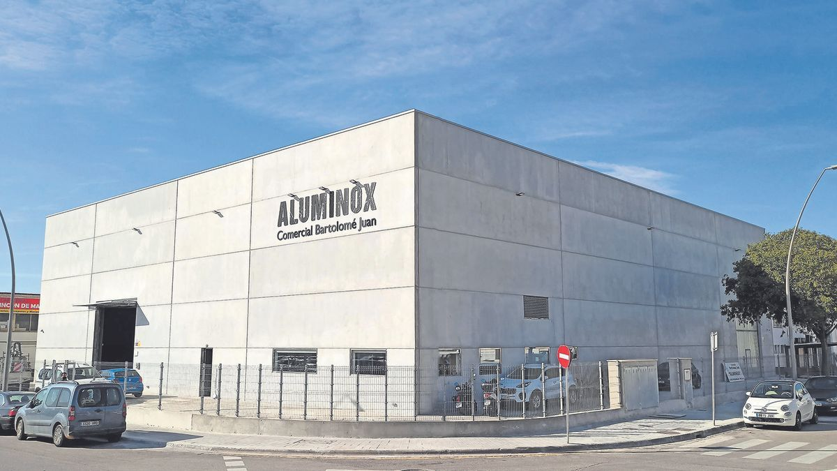 Exterior e interior de la nueva nave de Aluminox en Gremi Tintorers, 47