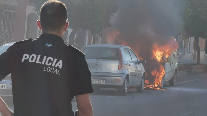 Arde un coche estacionado en López de Ayala