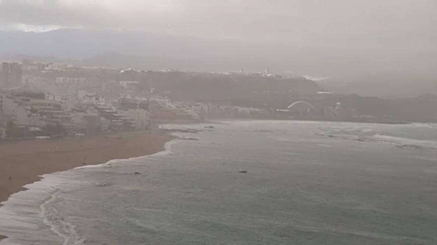 Lluvia en la playa de Las Canteras