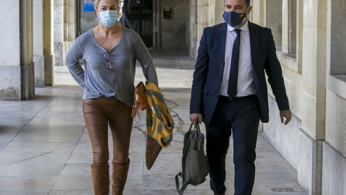 Sonia Castedo arrives at the Hearing this morning accompanied by her lawyer.