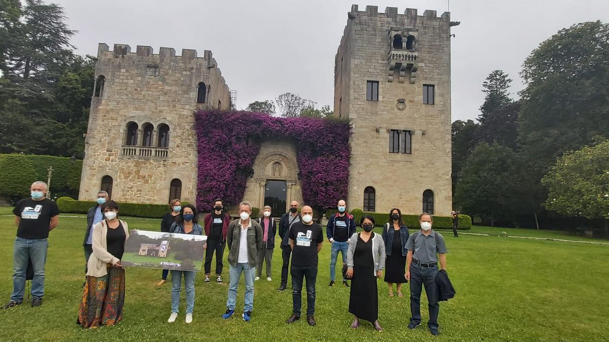 Los 19 de Meirás, hoy durante su visita a los jardines del pazo.