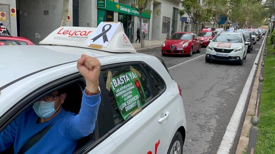 """Las autoescuelas protestan en Alicante en caravana y con lazos negros: """"queremos examinar a nuestros alumnos"""""""