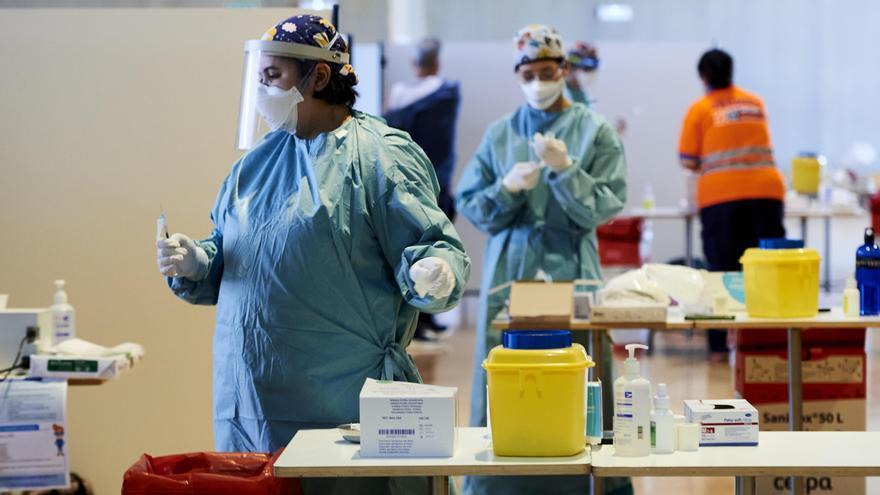 Trabajadores sanitarios en un puesto de pruebas PCR en Santander