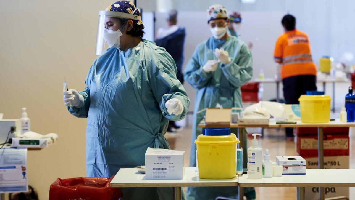 Sanitarios tomando muestras para realizar pruebas PCR