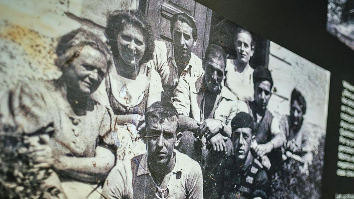 La exposición está concebida como «un viaje en primera persona que usa el testimonio de los supervivientes» unido a «una voz narrativa que es la de esa víctima canaria que cada uno quiere que le guíe en ese recorrido de vuelta a Mauthausen para traerlo a él y a sus compañeros de vuelta», explica el periodista Eduardo Cabrera.  andrés gutiérrez