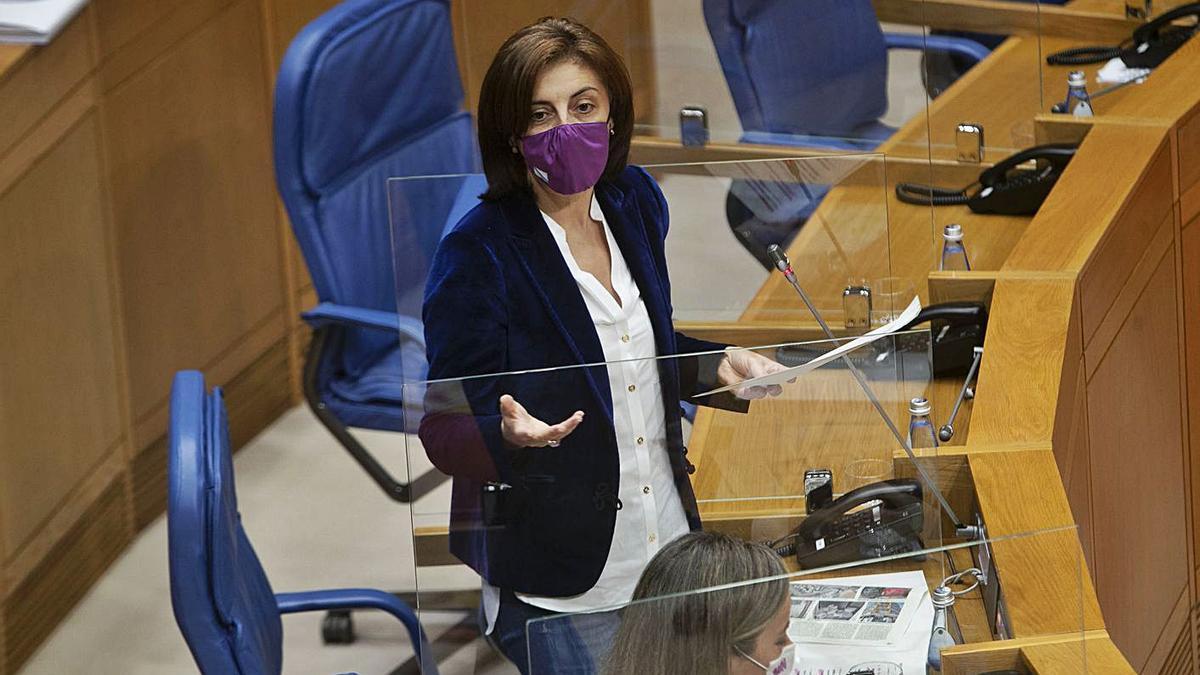 La conselleira de Vivenda, Ángeles Vázquez, ayer en el pleno del Parlamento. |   // L. O.