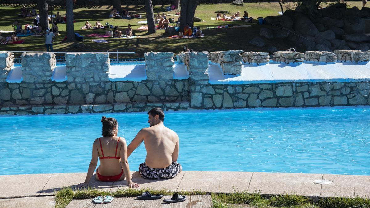 Un hombre y una mujer, en las piscinas de Las Berceas.