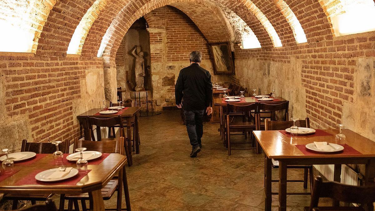 Mesas listas para recibir comensales en una de las bodegas de El Perdigón. | |  EMILIO FRAILE