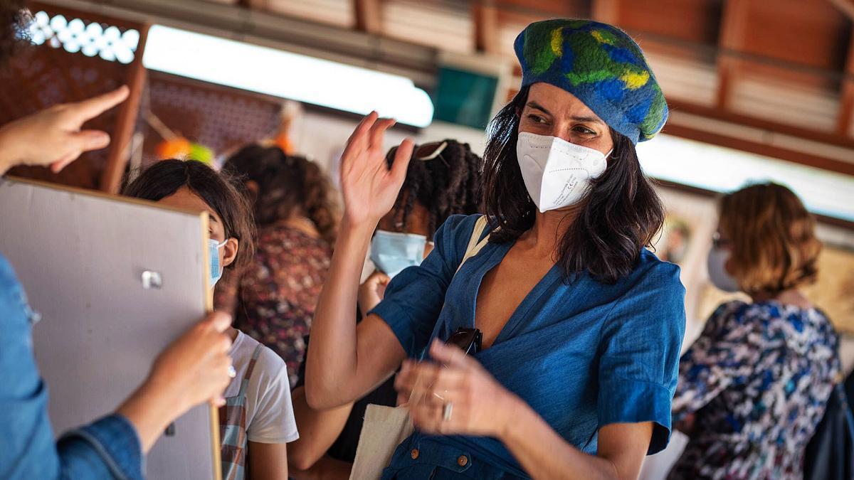 Una mujer se prueba un gorro artesano en la Feria de Tegueste, la primera organizada este año en abril. | | CARSTEN W. LAURITSEN