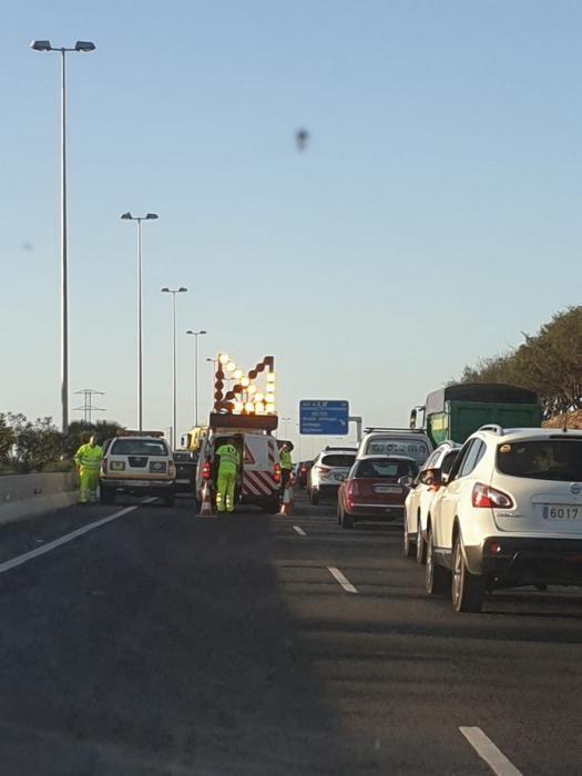 El vuelco de un camión en la GC-1 provoca el caos circulatorio en Gran Canaria