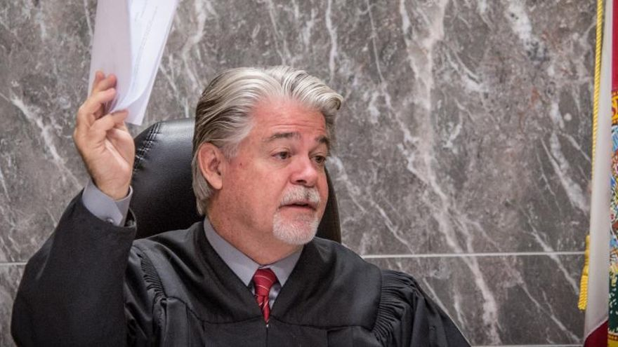 El juez muestra el veredicto contra Pablo Ibar.