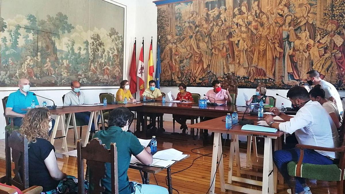 Los concejales del Ayuntamiento de Toro debaten uno de los asuntos del orden del día del último pleno. | M. J. C.