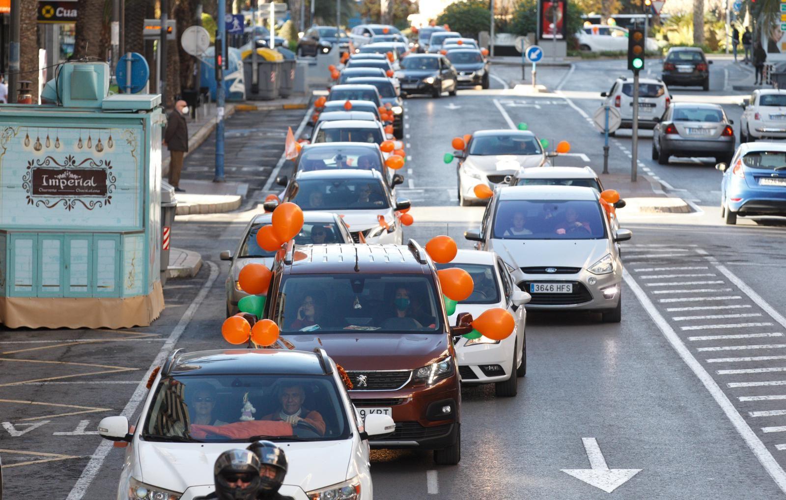 La protesta contra la ley Celaá llena de coches el centro de Alicante