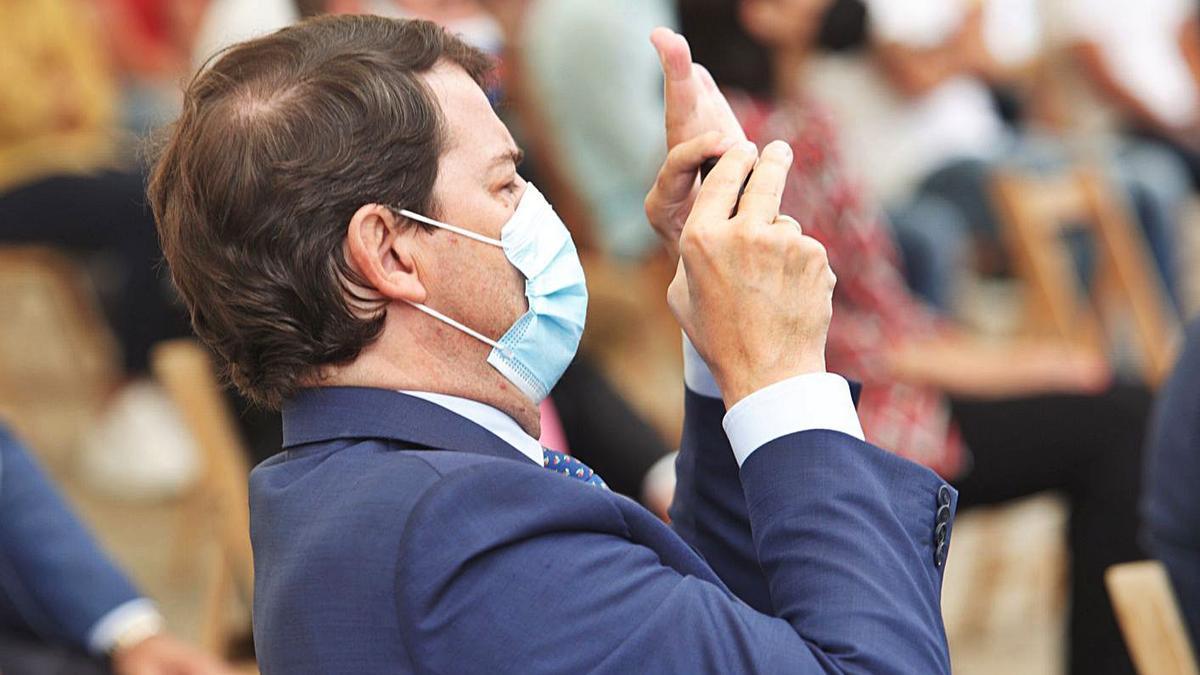 El presidente Fernández Mañueco hace una foto con su móvil durante un acto ayer en Ponferrada. | C. Sánchez - Ical